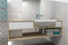 0045. Biała łazienka z drewnem i turkusowym akcentem