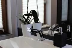 00114. lazienka szary drewno czarny bathroom grey wood black