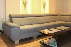 0015. salon z wygodna sofa nisze led szary drewno livingroom cozy grey wood