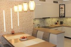 0020. kuchnia biala drewno czarny lacobel nadruk kitchen white wood black print