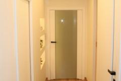 0022. korytarz holl drewno ciekawe oswietlenie szklane dzwi wood lignt door glass