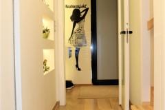 0023. korytarz holl drewno ciekawe oswietlenie szklane dzwi wood lignt door glass