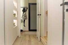 0024. korytarz holl drewno ciekawe oswietlenie szklane dzwi wood lignt door glass