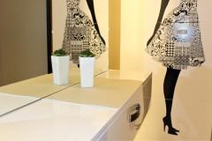 0026. korytarz holl drewno ciekawe oswietlenie lustro szafka szklane dzwi wood lignt door glass mirror cabinet