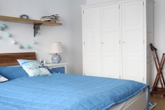 041. sypialnia z greckim motywem drewno biel niebieski cotton balls bedroom wood white blue