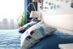 042. sypialnia z greckim motywem drewno biel niebieski cotton balls bedroom wood white blue