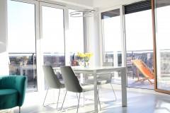 045. salon z duzymi oknami i jadalnia szary beton bialy turkus livingroom dining room big windows grey concrete white turquoise