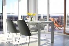 046. salon z duzymi oknami i jadalnia szary beton bialy turkus livingroom dining room big windows grey concrete white turquoise