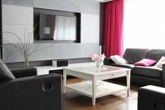 050. salon z jadalnia grafitowy szary bialy fuksja panele decopanel beton zaslony dekoria livingroom dark grey white fuchsia concrete