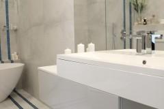 053. lazienka szara z mozaika goccia turkus beton wanna wolnostojaca chrom prysznic walk in bathroom mosaic turquoise concrete free-standing bathtub