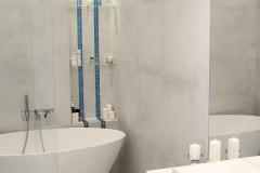 055. lazienka szara z mozaika goccia turkus beton wanna wolnostojaca chrom prysznic walk in bathroom mosaic turquoise concrete free-standing bathtub