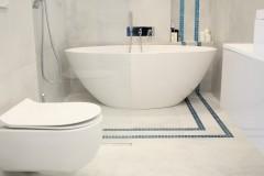 056. lazienka szara z mozaika goccia turkus beton wanna wolnostojaca chrom prysznic walk in bathroom mosaic turquoise concrete free-standing bathtub