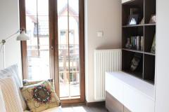 062. pokoj goscinny ciemne drewno biala sofa biblioteczka tapeta w drzewa room dark wood white wallpaper
