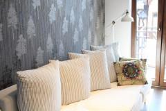 063. pokoj goscinny ciemne drewno biala sofa biblioteczka tapeta w drzewa room dark wood white wallpaper
