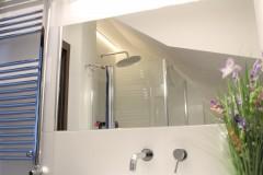 064. mała łazienka biała płytki drewnopodobne lustro umywalka bocchi baterie sapho small bathroom white tiles wood mirror bathroomtap bathroom sink