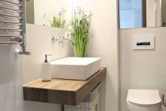 065. mała łazienka biała płytki drewnopodobne lustro umywalka bocchi baterie sapho small bathroom white tiles wood mirror bathroomtap bathroom sink