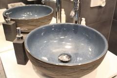 067. mala lazienka ciemny szary niebieski betonowy umywalka priori biały mozaika small bathroom dark grey blue concrete bathroom sink bocchi