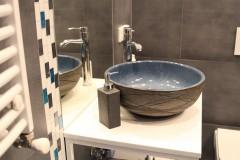 068. mala lazienka ciemny szary niebieski betonowy umywalka priori biały mozaika small bathroom dark grey blue concrete bathroom sink bocchi