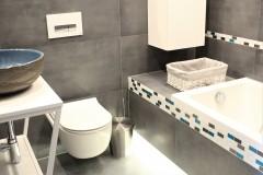 069. mala lazienka ciemny szary niebieski betonowy umywalka priori biały mozaika small bathroom dark grey blue concrete bathroom sink bocchi