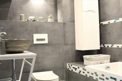 070. mala lazienka ciemny szary niebieski betonowy umywalka priori biały mozaika small bathroom dark grey blue concrete bathroom sink bocchi