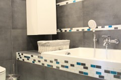 071. mala lazienka ciemny szary niebieski betonowy umywalka priori biały mozaika small bathroom dark grey blue concrete bathroom sink bocchi