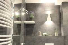 072. mala lazienka ciemny szary niebieski betonowy umywalka priori biały mozaika small bathroom dark grey blue concrete bathroom sink bocchi
