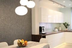 073. biala kuchnia, tapeta mozaika drewniany blat led lampy stol sprzet teka white kitchen wallpaper mosaic wood light agd gloss