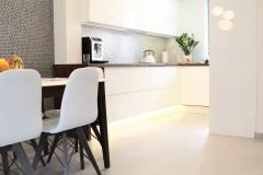 074. biala kuchnia, tapeta mozaika drewniany blat led lampy stol sprzet teka white kitchen wallpaper mosaic wood light agd gloss