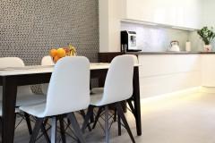 075. biala kuchnia, tapeta mozaika drewniany blat led lampy stol sprzet teka white kitchen wallpaper mosaic wood light agd gloss