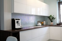 076. biala kuchnia, tapeta mozaika drewniany blat led lampy stol sprzet teka white kitchen wallpaper mosaic wood light agd gloss