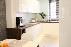 077. biala kuchnia, tapeta mozaika drewniany blat led lampy stol sprzet teka white kitchen wallpaper mosaic wood light agd gloss
