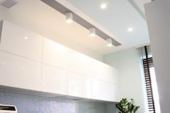 079. biala kuchnia, tapeta mozaika drewniany blat led lampy stol sprzet teka white kitchen wallpaper mosaic wood light agd gloss