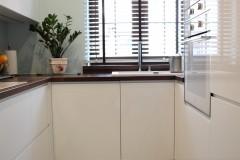 081. biala kuchnia, tapeta mozaika drewniany blat led lampy stol sprzet teka white kitchen wallpaper mosaic wood light agd gloss
