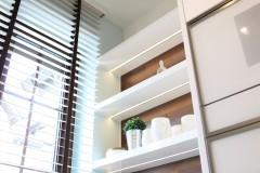 083. biala kuchnia, tapeta mozaika drewniany blat led lampy stol sprzet teka white kitchen wallpaper mosaic wood light agd gloss