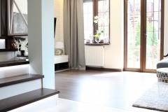 084. salon drewno biala cegla panel azurowy maly kominek led tapeta zaslony dekoria livingroom wood white bricks fireplace wallpaper