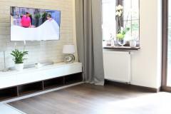 085. salon drewno biala cegla panel azurowy maly kominek led tapeta zaslony dekoria livingroom wood white bricks fireplace wallpaper