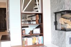 086. salon drewno biala cegla panel azurowy maly kominek led tapeta zaslony dekoria livingroom wood white bricks fireplace wallpaper