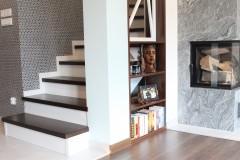 087. salon drewno biala cegla panel azurowy maly kominek led tapeta zaslony dekoria livingroom wood white bricks fireplace wallpaper