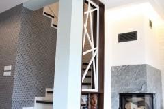 088. salon drewno biala cegla panel azurowy maly kominek led tapeta zaslony dekoria livingroom wood white bricks fireplace wallpaper