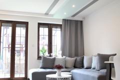 090. salon drewno biala cegla panel azurowy maly kominek led tapeta zaslony dekoria livingroom wood white bricks fireplace wallpaper