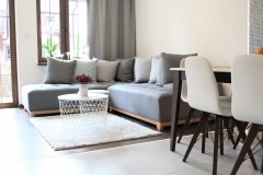 091. salon drewno biala cegla panel azurowy maly kominek led tapeta zaslony dekoria livingroom wood white bricks fireplace wallpaper