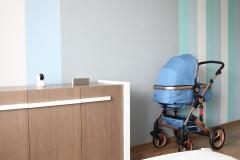 092. Pokoj dziecięcy w pasy turkusowy niebieski bialy drewno szafa ikea baby room stripes turquise blue white wood wardrobe