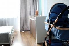 093. Pokoj dziecięcy w pasy turkusowy niebieski bialy drewno szafa ikea baby room stripes turquise blue white wood wardrobe