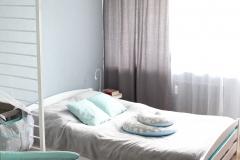 094. Pokoj dziecięcy w pasy turkusowy niebieski bialy drewno szafa ikea baby room stripes turquise blue white wood wardrobe