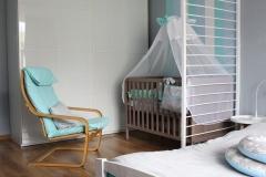 095. Pokoj dziecięcy w pasy turkusowy niebieski bialy drewno szafa ikea baby room stripes turquise blue white wood wardrobe